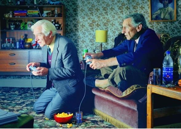 personas-mayores-jugando-consola