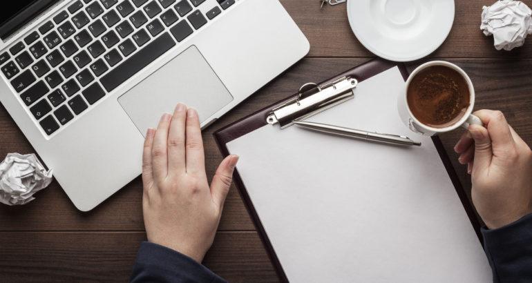 Escritor en una cafeteria