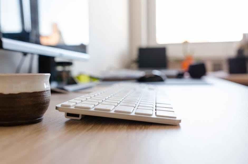 Escritorio con un ordenador y un teclado